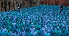 """20160709 - Centenas de pessoas nuas, pintadas de azul, posam para o artista e fotógrafo americano Spencer Tunick, para o projeto chamado """"Mar de Hull"""", no centro da cidade de Hull, no norte da Inglaterra Imagem: Andrew Yates/Reuters"""