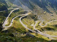 Transfagarasa, Romênia -  é uma estrada romena que ziguezagueia por cerca de 90 km a mais de 2 mil m de altura nas montanhas dos Cárpatos. Construída nos anos 70 durante a ditadura de Nicolae Ceausescu, a Transfagarasa tem numerosas curvas, túneis e viadutos em meio a belas paisagens montanhosas Foto: Radu Bozga / Divulgação