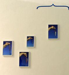 """Pavilhão so Brasil - Inside/Outside  Hélio Fervenza - Assim, as imagens de anzóis, coloridos e atrativos ao olhar ao mesmo tempo apontam uma sedução que conduz á captura e á morte, e suas fotos contra o céu azul remetem, também, ao azul do mar. Assim, ele estabelece uma cartografia de relações com outros usos para as topologias. Suas instalações são quase teoremas, referência que ele já assume no próprio título da obra """"(peixe, sombra) dentrofora (do céu da boca) d´água ( , )""""."""