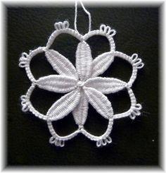 """C'est en partant d'une simple fleur à base de points d'esprit et d'arceaux (""""chain"""" et """"split-chain"""") comme celle-ci que..."""