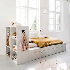 Such a nice bed and with a lot of storage. The good news is you can make this bed yourself. Styling for Bed made by and 📷 Bedroom Furniture, Bedroom Decor, Best Sleeper Sofa, E Room, Diy Bed, Sofa Design, Kids Bedroom, New Homes, Home Decor