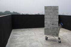 MARCELO CIDADE | Galeria Vermelho    Imóvel, 2004  61 blocos de concreto e carrinho de supermercado.  190 x 55 x 100 cm  Foto Ding Musa