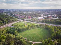 Last week I spend a couple of days in #Helsinki. The weather was great and as we were staying on the outskirts of town i got a chance to fly there. Nice! Love the greens. Travelling with a #mavicair on a #klm flight was a breeze by the way.  #drones#dronestagram #droneart #dronesdaily #droneporn #dronepicoftheday #dronepics #droneartwork #droneearth #droneepic #earth_shotz #shotzfromthesky #shotz__from__above #dronelife #dronefly #shotsfromabove #earthpix #earth_shotz #vanrenselaarfotografie…
