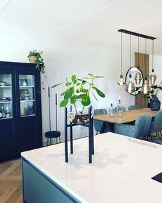 Binnenkijken bij homeofzodiac - Kookeiland   Voor meer inspiratie volg mij op Instagram: @homeofzodiac Entryway Bench, Dining Room, Furniture, Instagram, Home Decor, Entry Bench, Foyer Bench, Interior Design, Dining Room Sets