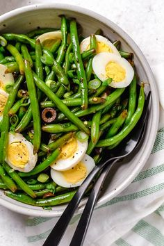 5 Freestyle Points 176 calories - One of my favorite ways to enjoy green beans–in a chilled green bean salad recipe! The delicious flavors of these balsamic green beans made with black olives, scallions and eggs complement any meal or holiday potluck. Balsamic Green Beans, Parmesan Green Beans, Chicken Green Beans, Green Beans And Potatoes, Easy Green Bean Recipes, Bean Salad Recipes, Salad Dressing Recipes, Healthy Recipes, Keto Recipes