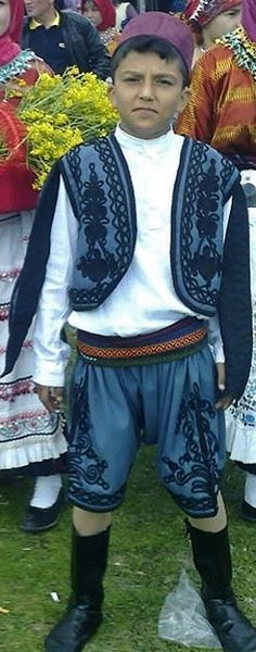 Traditional formal/parade man's costume from the village of Yaylabayır (in the Sındırgı district, the southernmost part of the Balıkesir province).  Clothing style: mid-20th century.  Ethnic group: Karakeçili (Yörük).  This is a recent workshop-made copy, as worn by folk dance groups.