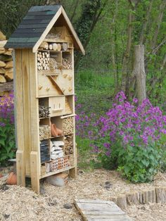 Garden Features, Water Features, Bee Traps, Palette Deco, Ecology Design, Outdoor Projects, Outdoor Decor, Bug Hotel, Small Outdoor Spaces
