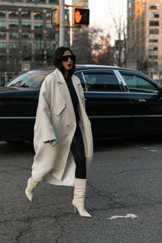 As we move through another potentially trendless New York Fashion Week season, no item of clothing is faring better than pants. New York Street Style, Nyfw Street Style, Autumn Street Style, Cool Street Fashion, Street Style Looks, Wrap Around Heels, Classic Trench Coat, Thigh High Boots Heels, Business Women