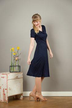 Entdecke lässige und festliche Kleider: Kleid Ava mit einem Wasserfallausschnitt made by Jekyll und Kleid via DaWanda.com