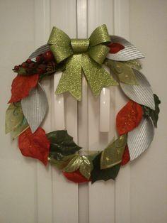 Wieniec świąteczny zrobiony z odpadków po budowie, starych ozdób i serwetki