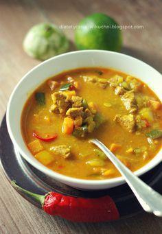 Dietetyczna, pikantna zupa curry z kurczakiem, batatami i papryką