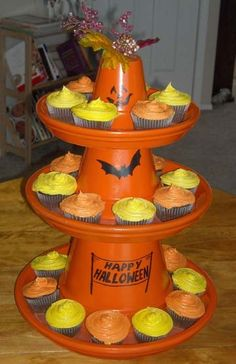 This Halloween cupcake stand is a festive way to display your cupcakes. How to make a festive cupcake stand from terracotta pots for your Halloween parties. Image Halloween, Halloween Clay, Fete Halloween, Halloween Festival, Halloween Cupcakes, Holidays Halloween, Halloween Treats, Halloween Pumpkins, Halloween Decorations