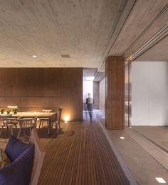 Casa P / Studio MK27 - Marcio Kogan + Lair Reis #dining #wall #lighting