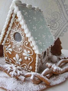 Mansikkamäki: Piparkakkutyöt discovered by Sonia Szarin Gingerbread House Designs, Gingerbread Village, Christmas Gingerbread House, Christmas Sweets, Christmas Cooking, Christmas Goodies, Gingerbread Cookies, Christmas Holidays, Christmas Decorations