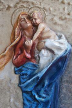 Madonna con bambino, in legno, intagliata a mano e dipinta.