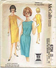 Robe Shift portion des années 1960. Slim robe smockée devant