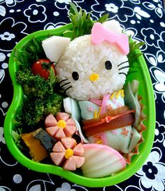 Hello Kitty Bento in Japanese tradition clothing and hot dogs cut as flowers. Hello Kitty Bento in Japanese tradition clothing and hot dogs cut as flowers. Japanese Food Art, Japanese Lunch Box, Cute Bento Boxes, Bento Box Lunch, Bento Food, Lunch Boxes, Hello Kitty, Hello Hello, Kitty Kitty