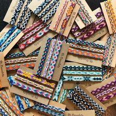 So many bracelets! Diy Bracelets With String, Summer Bracelets, Cute Bracelets, Woven Bracelets, Handmade Bracelets, Diy Friendship Bracelets Patterns, Friendship Jewelry, Bracelet Knots, Bracelet Making