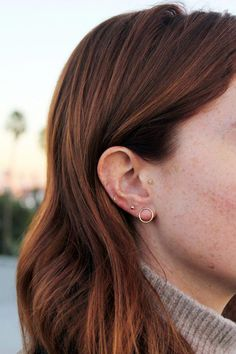Trending Ear Piercing ideas for women. Ear Piercing Ideas and Piercing Unique Ear. Ear piercings can make you look totally different from the rest. Crazy Piercings, Cool Ear Piercings, Cartilage Piercings, Peircings, Three Ear Piercings, Ears Piercing, Tongue Piercings, Gold Bar Earrings, Cartilage Earrings