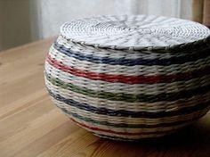 BluReco Newspaper Basket, Newspaper Crafts, Baskets On Wall, Wicker Baskets, Woven Baskets, Diy Paper, Paper Art, Paper Weaving, Sewing Baskets