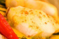 molho de curry e leite de coco no papilotte  ½ cebola roxa fatiada    200g de ervilha torta    80ml de vinho branco seco    100ml de leite de coco    1 colher de sopa de gengibre fresco ralado    1 colher de sobremesa de pasta de curry (ou curry em pó)    Pimenta dedo de moça (sem semente) picada a gosto    Papel manteiga    40g de manteiga    Sal marinho rosa (ou sal normal)