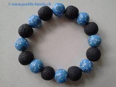 """Armkette schwarz-blau mit Blumenmotiv - Zu finden auf www.prolife-family.ch in """"Shop für Afrika""""."""