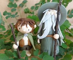 Gandalf And Frodo A little gumpaste pair for an upcoming cake :-) Bolo Hobbit, Hobbit Cake, The Hobbit, Fondant Figures, Clay Figures, Clay Projects, Clay Crafts, Felt Crafts, Gateau Harry Potter