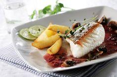 Skrei ist außergewöhnlich vielseitig und kann auf viele verschiedene Arten zubereitet werden. Mit diesem Rezept servieren Sie gebratenes Skreifilet mit Rotweinsauce, gerösteten Champignons und roh...