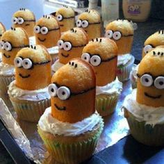 Celebrate the return of Twinkies by whipping up a batch of Twinkie cupcakes that just happen to look like the minions in Despicable Me. All you need are some cupcakes, some Twinkies, mini marshmallows (for the eyes) and black icing (for the detail. Cupcakes Dos Minions, Despicable Me Cupcakes, Twinkie Minions, Minions Minions, Funny Minion, Köstliche Desserts, Delicious Desserts, Dessert Recipes, Yummy Food