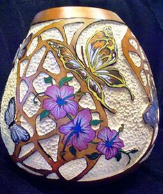 Pyro Butterflies over Recessed Filigree Carving Decorative Gourds, Hand Painted Gourds, Diy And Crafts, Arts And Crafts, Gourds Birdhouse, Art Diy, Gourd Art, Art Techniques, Wood Carving