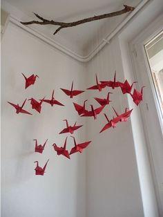 O Origami (折り紙) é a arte de orixe xaponés consistente na pregadura de papel sen usar tesoiras nin pegamento para obter figuras de formas variadas, moitas das cales poderían considerarse como verdad… Mobil Origami, Origami Diy, Origami Mobile, Origami And Quilling, Origami Tutorial, Origami Paper, Origami Cranes, Oragami, Diy And Crafts