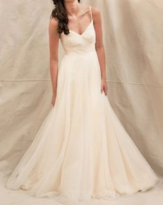 LOVE this simple and elegant dress! soft and flowy on the bottom and fitted at the top. looks super comfortable and low-key <3 <3 <3