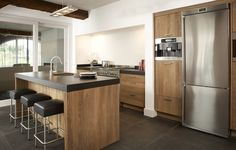 Houten keuken op maat gemaakt | keukenstudio maassluis. Doordat u een houten keuken helemaal naar uw smaak en wensen kunt (laten) ontwerpen weet u zeker dat u gelukkig wordt van het dagelijks gebruik in uw houten keuken. #keuken #houtenkeuken #pinuwdroomkeuken