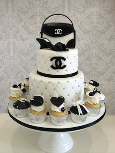 Bolo de Aniversário Feminino - 28 Idéias Maravilhosas Chanel Birthday Cake, 13 Birthday Cake, Special Birthday Cakes, Birthday Cakes For Women, Coco Chanel Cake, Bolo Chanel, Camo Wedding Cakes, White Wedding Cakes, Fancy Cakes