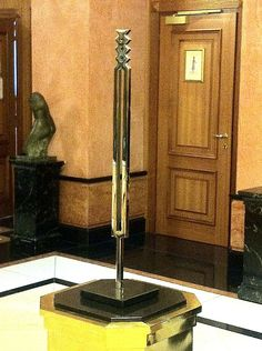 """Iler Melioli espone """"Diapason orfico, acciaio inox e granito nero-2010""""presso L'Hotel Meliá di Milano, stabilimento che rientra oggi tra gli immobili storici  salvaguardati ad alto valore storico e paesaggistico"""