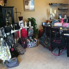 Thirty-One party display! I absolutely LOVE the fence!!! I think this is my next display project!