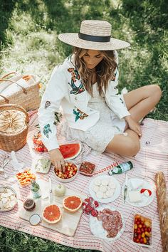 Picnic in Central Park (By Tezza) Central Park Picnic, Picnic In The Park, Picnic Date, Summer Picnic, Picnic Photography, Photography Poses, Picnic Pictures, Picnic Fashion, French Picnic