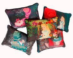 Vários modelos de almofadas bordadas da coleção Alice.