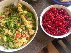Kvinoa-halloumisalaattia granaattiomenalla Ruokaisa tabboulehmainen salaatti, jossa yhdistyy granaattiomenan raikkaus ja halloumin suolaisuus. Versiollani syntyi salaattia brunssipöytään 15 hengelle: Kvinoaa 6 dl, 1 kuullotettu punasipuli, noin 20 uunissa paahdettua kirsikkatomaattia, 3 pannulla paistettua halloumia pilkottuna, 1 minttu, 1 korianteri,  1 persilja. 1,5 sitruunan mehu,  juustokuminaa, suolaa, oliiviöljyä, 2-3 granaattiomenan siemenet (jätin  erikseen allergikkoja ajatellen)