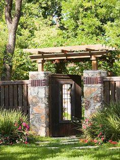 Gartentor Eingang Stein Holz Pergola Rasen