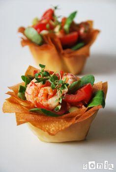 Cestos de gambitas y tomates | L'Exquisit Appetisers, Bruschetta, Pasta Salad, Appetizer Recipes, Catering, Lunch, Eat, Cooking, Ethnic Recipes