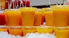 Letná bomba: Vyrobte si zo štyroch pomarančov deväť litrov džúsu | My ženy | TVnoviny.sk Home Canning, Ice Cube Trays, Punch Bowls, Preserves, Smoothies, Food And Drink, Healthy Recipes, Homemade, Drinks
