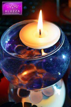 Pecera chica con gema decorativa morada y vela flotante, para decoración de mesa o recuerdo. ALUZZA.