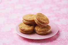 A perfect combination of crumbly biscuit, flavoured with stem ginger and golden syrup, and creamy orange filling, these crunchy treats taste just as good as they look.