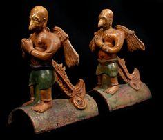 """Tuile faitiere avec Test TL  Deux ornements de faîtage en terre-cuite vernissée à glaçure émaillée ocre et vert, figurant la divinité antique """"Leigong"""", Dieu du tonnerre. A l'origine, """"Leigong"""" était peut-être un hibou : il en a conservé le bec, les ailes et les griffes, mais il a pris un corps d'homme  ORIGINE :  R.P. de Chine - Province de Shaanxi  EPOQUE :  MING (1368-1644)"""