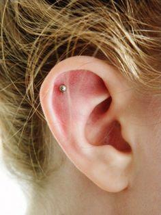 Conch extérieur Double Ear Piercings, Different Ear Piercings, Ear Peircings, Types Of Ear Piercings, Cute Ear Piercings, Double Cartilage, Cartilage Piercings, Outer Conch Piercing, Flat Piercing