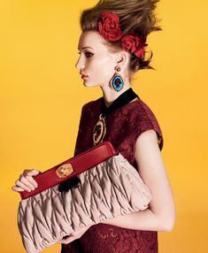 Cuanto más grande es el contraste entre el vestuario que acompaña a la mujer y los bolsos Miu Miu, mejor! - Miu Miu 2012