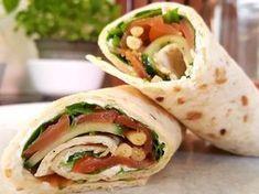 Smoked salmon, cream cheese, arugula and parmesan rolls - nourriture Wrap Recipes, Quick Recipes, Healthy Recipes, Salmon Recipes, Pasta Recipes, Pizza Wraps, Food Film, Mini Pizza, Lunch Wraps