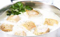 Salmon in lemon crème fraîche sauce Creme Fraiche Sauce, My Favorite Food, Favorite Recipes, Chutney, Feta, Camembert Cheese, Salmon, Tin, Mango