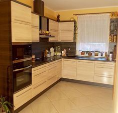 Modern kitchen with bright acacia fronts - bathroom decoration Modern Kitchen Ovens, Mini Kitchen, Small Kitchen Appliances, New Kitchen, Kitchen Decor, Kitchen Design, Yellow Kitchen Cabinets, Kitchen Appliance Reviews, Wood Wall Design